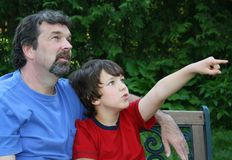 fader som ser sonen Arkivfoto