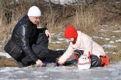 Fader som spelar med barnet utomhus Arkivfoto