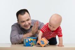 Fader som spelar med hans litet barnson Royaltyfri Bild