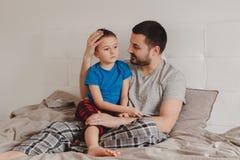 Fader som talar till pojkesonen arkivbilder
