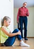 Fader som tillrättavisar dottern för förseelse Arkivbild