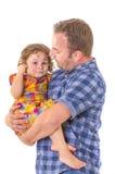 Fader som tröstar hans skriande lilla dotter Arkivbilder