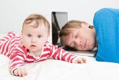 Fader som tröttas av att arbeta hemifrån Arkivbilder