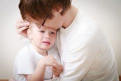 Fader som tröstar sonen i revor Arkivfoton