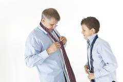 Fader som undervisar hans son Arkivfoto