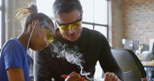 Fader som undervisar hennes dotter om lödkolv 4k lager videofilmer
