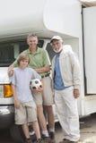 Fader-, son- och sonsonställning vid RV-hemmet royaltyfri foto