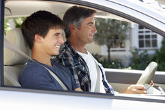 Fader Teaching Teenage Son som ska köras royaltyfria bilder