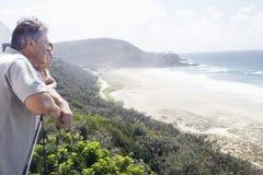 FaderAnd Daughter Enjoying sikt av havet arkivbild