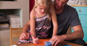 FaderAnd Daughter Practicing handskrift i sovrum lager videofilmer