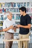 FaderAnd Son Buying hjälpmedel i lager arkivbild