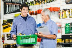 FaderAnd Son Buying hjälpmedel i maskinvarulager royaltyfri fotografi