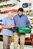 FaderAnd Son Buying hjälpmedel i maskinvarulager royaltyfri bild