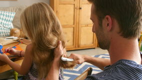 FaderBrushes Daughters hår, som hon sitter på tabellen stock video