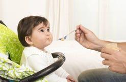 FaderFeeding behandla som ett barn gulligt älskvärt flickan Arkivbild