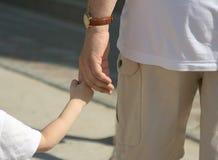 faderhänder håller sonen Arkivfoton