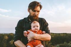 Faderinnehavsp?dbarnet behandla som ett barn g? tillsammans utomhus- royaltyfri bild