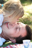 Faderlek med hans dotter på picknick Royaltyfri Bild