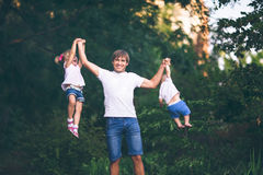 Faderlekar med barnen Arkivbilder
