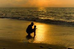 Fadern behandla som ett barn Royaltyfri Foto