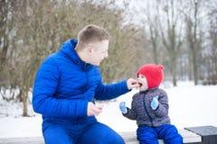 Fadern ger godisen till hans dotter Royaltyfri Foto