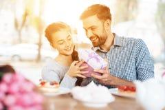 Fadern gratulerar hans lilla dotter på 8th mars Fotografering för Bildbyråer