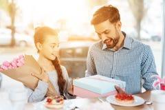 Fadern gratulerar hans lilla dotter på 8th mars Royaltyfria Bilder