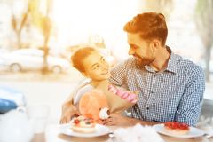 Fadern gratulerar hans lilla dotter på 8th mars Arkivfoto