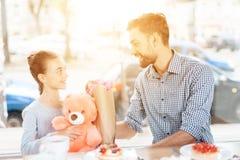 Fadern gratulerar hans lilla dotter på 8th mars Arkivbilder