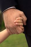 fadern hands holdingsonen Arkivbilder