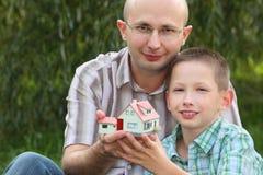 fadern hands huset som håller sonen deras wendy arkivfoto