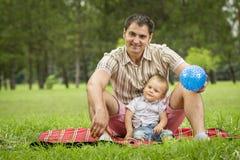 Fadern i park med behandla som ett barn sonen Arkivbilder