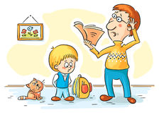 Fadern kontrollerar läxa Arkivbilder