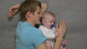 Fadern kramar behandla som ett barn pojken arkivfilmer