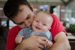 Fadern kramar hans son Arkivfoton