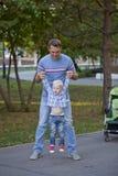 Fadern med årig son två i sommar parkerar royaltyfri foto