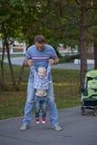 Fadern med årig son två i sommar parkerar fotografering för bildbyråer