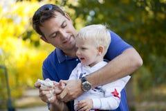 Fadern med årig son två i sommar parkerar royaltyfri bild
