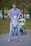 Fadern med årig son två i sommar parkerar royaltyfri fotografi