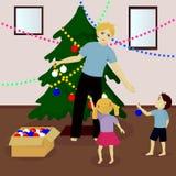 Fadern med barn dekorerar julgranen Royaltyfri Foto