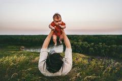 Fadern med behandla som ett barn den utomhus- lyckliga familjen för barnet arkivfoton
