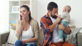 Fadern med behandla som ett barn och fostrar att kalla på smartphonen lager videofilmer