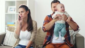 Fadern med behandla som ett barn och fostrar att kalla på smartphonen arkivfilmer