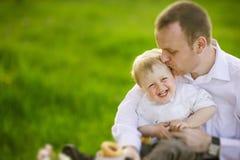 Fadern med behandla som ett barn pojken Royaltyfria Bilder