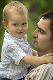 Fadern med behandla som ett barn sonen Royaltyfri Foto