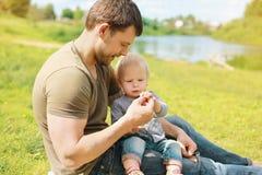 Fadern med behandla som ett barn tillsammans att vila Royaltyfria Foton