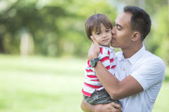 Fadern med hans behandla som ett barn pojken parkerar in Royaltyfria Bilder