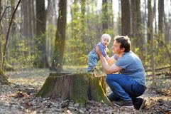 Fadern med hans litet behandla som ett barn pojken Royaltyfri Foto