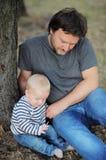 Fadern med hans litet behandla som ett barn pojken Royaltyfria Bilder