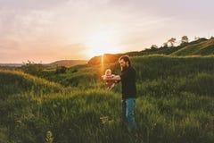 Fadern med sp?dbarnet behandla som ett barn g? utomhus- familjlivsstil arkivfoton